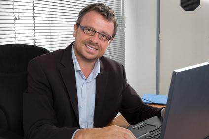 Pracownik w okularach przed komputerem jako metafora - refundacja okularów przez pracodawcę