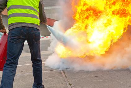 Praktyczne szkolenie ppoż w Warszawie - gaszenie pożaru za pomocą podręcznego sprzętu gaśnizcego