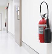 Gaśnica wisząca na ścianie jako metafora przeglądu sprzętu gaśniczego