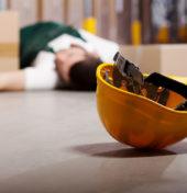 Wypadki przy pracy - omdlały pracownik leżący na ziemi