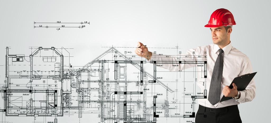 Architekt nakreślający plany - opinie ppoż