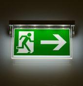 Znak ewakuacyjny świecący w ciemności